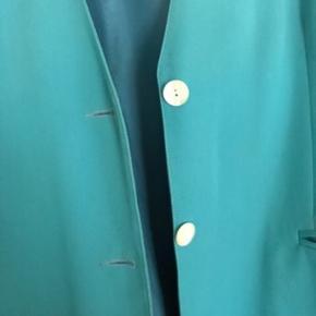 Den flotteste blazerfrakke. Vintage men i rigtig flot stand. Flot til et par jeans eller en kjole. Den passer en str 40/42. Den måler 82 cm i længden. Let oversize.