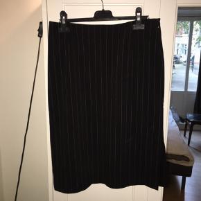 Flot nederdel i midilængde, stort set ikke brugt og derfor i god stand. Det er en str. 34, men den er stor i str. Kan afhentes på Østerbro eller sendes med DAO