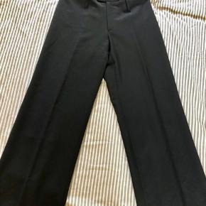 Lækre og flotte bukser str 38 fra Bruuns Bazaar i 100% virgin wool (super bløde og kradser ikke). Desværre købt for små til 799kr, så sælger dem for 200kr
