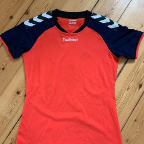 Pæn Hummel trænings T-shirt.  Ikke brugt særlig meget.   Str. S  Farven mere pink-rød, men ser meget rød ud på billederne.