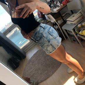 Denim nederdel med fede detaljer