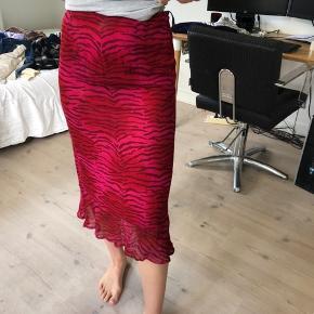 Sælger denne her mega fine nederdel fra Jacqueline De Yong:) den er næsten som ny, og fejler intet:) str M