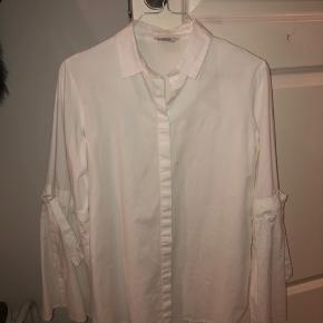 Skjorte fra envii med brede ærmer. Der er en lille plet på midten, men burde kunne gå af i vask. Kom endelig med et bud