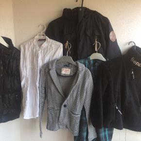 Str 128 & 134 5 bluser 5 T-shirts 2 skjorter 1 par skibukser  1 vinterjakke 1 Blazer 1 fleecejakke  1 par ski handsker 1 par vanter 1 nederdel 1 par shorts  1 vest 1 trøje