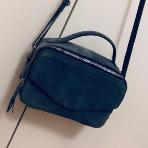 Daniel Silfen taske, modellen hedder Emma. I blå ruskind, aldrig brugt. Nypris 900. Kan afhentes i Aarhus C eller sendes på købers regning.