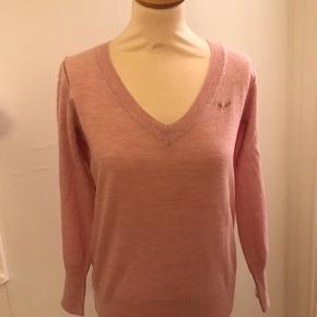 Sød, feminin bluse i 100% merinould.  Nypris 1.400,-
