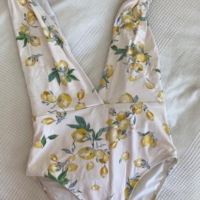 Flot badedragt fra H&M med citron-mønster. Stropperne er justerbare.  Byd gerne!