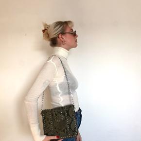 Fin taske med detaljer og kæde som rem fra mango  Lige nu sælger jeg billigt ud af alt mit tøj! (Det meste er i god stand) Jeg sælger det kun på grund af mangel af plads! Jeg er villig til at gå med til bud, men ikke ofte da prisen allerede er sat lav🧥👘👙👡  Der er kun de billeder der er af tøjet. Det vil sige, at jeg ikke kan tage flere billeder da tøjet er pakket væk📸📸  Skriv, hvis der er noget bestemt i søger. Der kommer meget mere op på min profil💗  Jeg handler over Trendsales (men over mobilepay, på mængder)☀️  Køber betaler fragt❤️🧡💛💚💙
