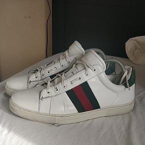 Gucci sneakers, str 42.  Brugt en del men i rimelig stand.  Nypris er omkring 4-5.000.  Har den original boks til dem som selvfølgelig medfølger ved køb.