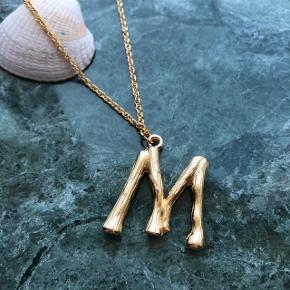 Forskellige halskæder med bogstaver, skriv for at spørge om jeg har dit ønskede bogstav
