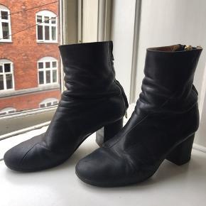 Acne Joli støvler i glat læder i str 38.