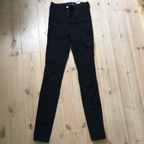 Skinny jeans fra pieces sælges da de desværre er blevet for små til mig🌸 de er aldrig brugt og i perfekt stand  Kom med et bud