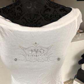 Fin T-shirt med palietter.  I viskose og spandex.  Brugt få gange.  Sender med DAO, køber betaler kr.37.-    #30dayssellout