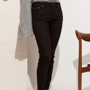 Acne Studios jeans model Climb stay Black - 26/32. Simpelthen så fede. Desværre købt et nummer for små. Derfor kun brugt en enkelt gang i få timer. Aldrig vasket. Derfor sat stand til aldrig brugt. Nypris 1300 kr. Modellen er helt lang til mig. Jeg bruger normalt 30 i længden. Modellen er egentlig 7/8 del buks.