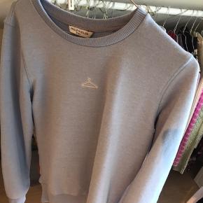 Sælger denne Holzweiler sweatshirt i en flot lyseblå farve. Det er en størrelse XXL, men fitter meget småt så svarer til S-M. Den ser lidt forvasket ud, derfor den lave pris, ved ikke om det muligvis kan fjernes (se billede). Nypris var 1200kr. 🌸