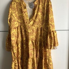 Helt ny, one size gul kjole