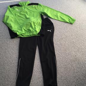 Grøn windbreaker i str. 176 + sorte træningsbukser i str. 164 fra Puma. Godt til løb, fodbold, overtrækstøj til/fra hallen eller lignende.   Forsendelse med DAO dkk 36,95