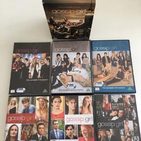 Gossip Girl 1-6. Den komplette serie på DVD. 30 discs i flot og ridsefri stand. Skandinaviske undertekster
