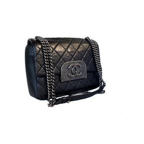 """Chanel Sort Crossbody taske i sort distressed kalveskind med ruthenium/oxideret sølv hardware. """"Boy chain"""" som kan bruges dobbelt eller trækkes til en lang crossbody længde.   Næsten som ny stand. Mål: 21.5x16x7cm.   Fast pris: 18800dkk. For køb og spørgsmål skriv til Info@deedee-tasker.dk"""