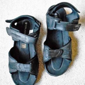 Sandaler, Cruizer, str. 45, Sort, Læder, Næsten som ny  Kun brugt 3 gange. Sandaler der selvfølgelig er pæne som ny, med pris mærke 400 kr. Indvendig mål 30 cm. Velcro lukning foran, ved vrist, og hæl. Billedfarven er ikke god, de er flot sorte Porto som forsikret pakke uden omdeling  fremme på 2-4 dage) Har mobil pay