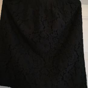 Flot helt sort blondenederdel fra Rosemunde str 40