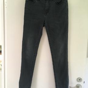 Klassiske mørkegrå skinny jeans str. 30/32 fra Superdry sælges. Brugt få gange. Har også shorts fra Weekday til salg☀️  #Secondchancesummer  Tags: Superdry Grå Jeans Str. 30/32 30/32