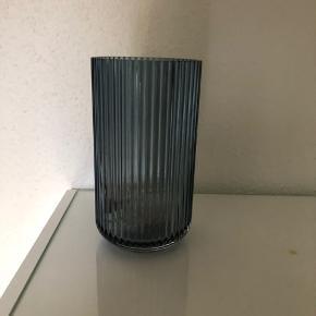 Lyngby vase i klar blå glas, 20 cm  Kun stået til pynt på en hylde  Fremstår derfor som ny.  Np 499,95