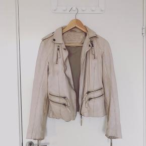 Sandfarvet jakke i ægte læder. Np 1100 ⭐️