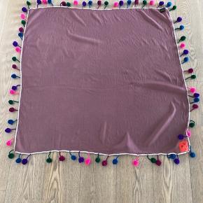 """Smukt, stort og anderledes tørklæde fra Erfurt i 100% uld. Mål 96 x 96 cm. Har enkle få riv (har vidt et på billede) og ligeledes mangler der """"pomponer"""" to steder på tørklædet, som ses på billede."""