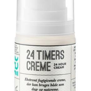 Ny og uåbnet. Kan afhentes på Bornholm   Ecooking 24 Timers Creme 50 ml  BESKRIVELSE Ecooking 24 Timers Creme er en meget fugtgivende creme, som både kan bruges som dag- og natcreme. Cremen er med til at holde på fugten i huden, og forhindrer derved at huden udtørrer. Den er i en smart lufttæt beholder, som er med til at holde produktet friskt, og så er den super nem at dosere. Cremen kan bruges til alle hudtyper, og er især god til en sensitiv eller ung hud. Hold din hud velplejet og gennemfugtet med Ecooking 24 Timers Creme.  Fordele: 24 timers creme Fugtgivende Holder på fugten Kan bruges som både dag- og natcreme Nem at dosere Lufttæt beholder  Anvendelse: Bruges på afrenset hud Kan bruges morgen og aften