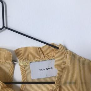 Super fin bluse fra Neo Noir i str.M. Den er i god kvalitet og sælges da den er for stor og derfor er den også kun blevet brugt 2-3 gange.  Skriv gerne for flere informationer:)