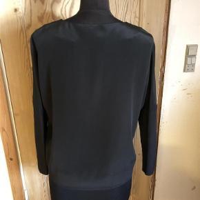 Varetype: NY silketop, style Ciallen Farve: Sort Oprindelig købspris: 2600 kr.  Smuk silkebluse fra By Malene Birger, str. 34. Blusen er aldrig brugt - dog uden tags.  Style Ciallen. 100% silke.  Fragt: Kr. 37,00 sendt med DAO,
