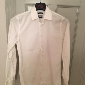 Super classy hvid skjorte, slim fit. Brugt ganske få gange. Prisen sat ned til kun 75,-