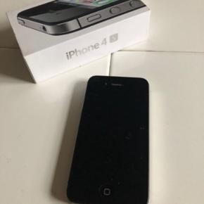 """iPhone 4S 16GB sort + oplader og høretelefoner (tænd/sluk knap sidder fast — bruges """"assistive touch"""" i stedet for) 200kr  *Telefonen virker som den skal. Klar til afhentning eller kan sendes (køber betaler portoen; sender med DAO)"""