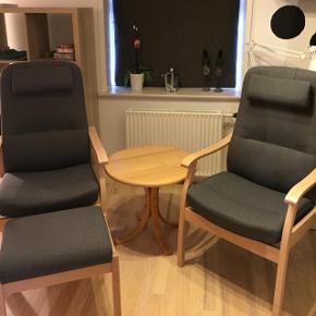 Disse to stole er til salg og som lille bonus medfølger bordet. Stolene kan lægges ned og der er en skammel med til den ene stol. Stolene er fra 2017. De er fra et ikke ryger hjem. Og er måske siddet i 1 gangNp er 14.000kr