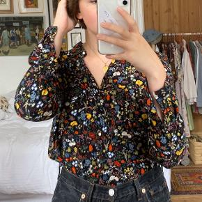 Sort blomstret skjorte fra Zara. I god stand. Størrelse L, men ses på en størrelse S på billederne. Jeg har også skjorten i hvid.