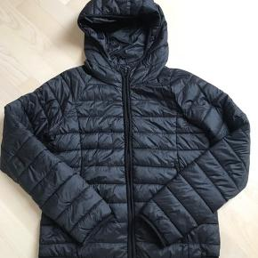 Lækker let og varm jakke fra V. Milano Italy. Den er lidt mindre i str. Så vil sige at den svarer til en str. L. Brugt men i super flot stand. Den er lidt længere bagpå :-) Brystmål: 51 x 2 cm Længde foran: 58 cm Længde bagpå: 62 cm