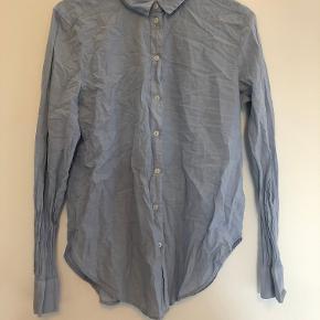 Sælger denne mega fine blå skjorte, den skal nok lige stryges. Ellers er den super fin.  Str 34 Mp: BYD  (Skriv for flere billeder)