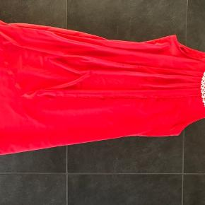 Super fin rød kjole.  Brugt en gang til fest, ingen huller/ pletter eller andet.  Skjult lynlås i siden.  Str 164. Fra røg og dyrefrit hjem