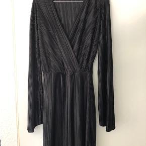 Klassisk sort kjole V-udskæring Brede ærmer