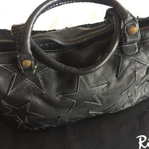 Varetype: taske 100% læder - vasket kraftig læder. Størrelse: 29x43x12 cm - kan rumme pc Farve: sort Oprindelig købspris: 5000 kr.  Rika taske i læder med stjerner. Brugt få gange og fremstår som ny.