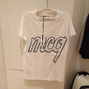 Alexander McQueen Patch hvid t-shirt. Var ikke noget for kæresten. Nypris på 800, sælges for 450. Kan også sendes.