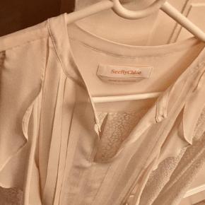 Varetype: Bluse Farve: Beige,Creme,Råhvid  Super fin og feminin bluse/skjorte/top fra See by Chloe med flotte blonder og flæser sælges, da jeg ikke får gået med den. Jeg har kun haft den på en enkelt gang. Størrelsen svarer til 36/38 eller s/m.  Mp. er 450,-
