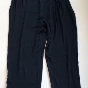 Flot buksedragt i elegant stof. Ikke brugt meget, fremstår flot.