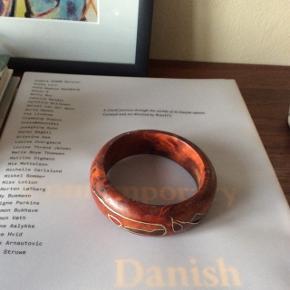 Træ-armbånd med mønster. Ca. 7 cm. (i diameter) Fast pris.  Mødes og handle på Nørrebro i området: Runddelen, Jægersborggade og Stefansgade. - Ellers plus porto.  Bytter ikke.