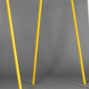 """Loop stand wardrobe. Gul. Stål. Stativet er i fin stand, men med lidt slid på kanterne på """"toppen"""" (se billedeI 2). Flere billeder kan sende ved interesse.  Bredde: 130, dybde: 60 og højde: 150 cm.  Afhentes i Århus."""