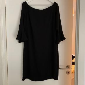 Sælger denne fine kjole fra Moves by Minimum. Brugt én gang og derfor som ny.  Kjolens ærmer har fine peplum-detaljer og et fint snit der giver bare skuldre🌹