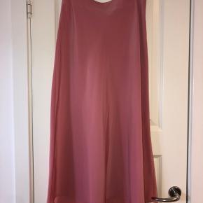 Super smuk lang nederdel i gammel rosa fra Zara