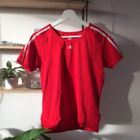 T-shirt fra Adidas, lille i størrelsen