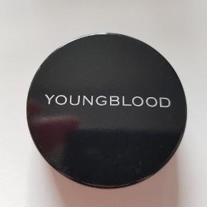 Youngblood natural mineral loose foundation i farven Mahogany. Brugt et par gange. Se farven på sidste foto